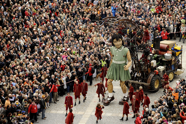 Amazing Giant Puppets in 'The Berlin Reunion'