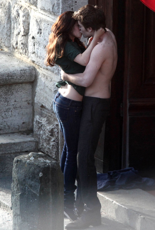 Shirtless Robert Pattinson Photos On 'New Moon' Set!