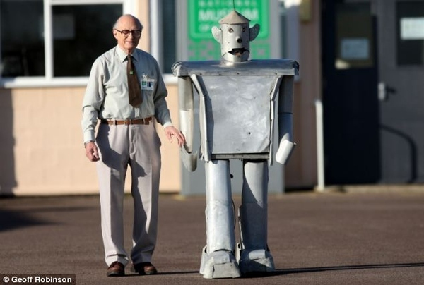 60 Yr Old Robot Makes A Comeback; Strolls Through Town With Creator