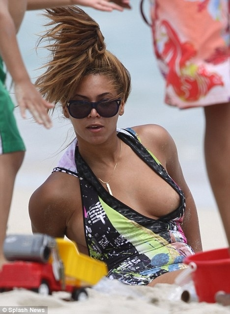 Beyonce Nipple Slip in Hawaii Picture