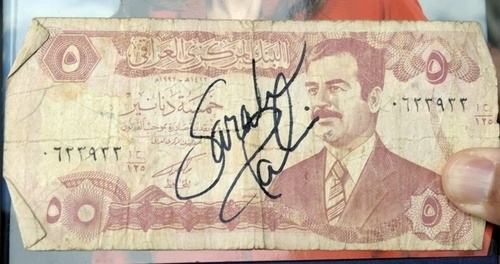 Sarah Palin Autographs an Iraqi Dinar