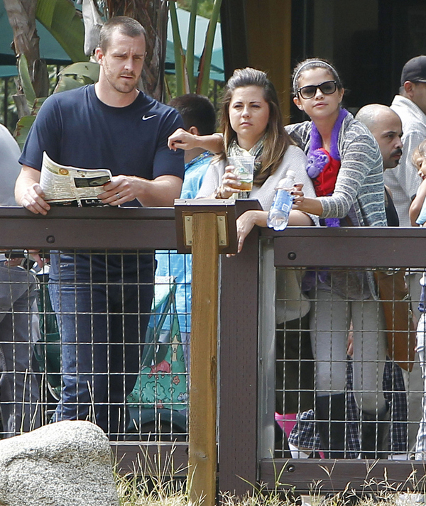 Selena Gomez and Her Parents Enjoy the Zoo