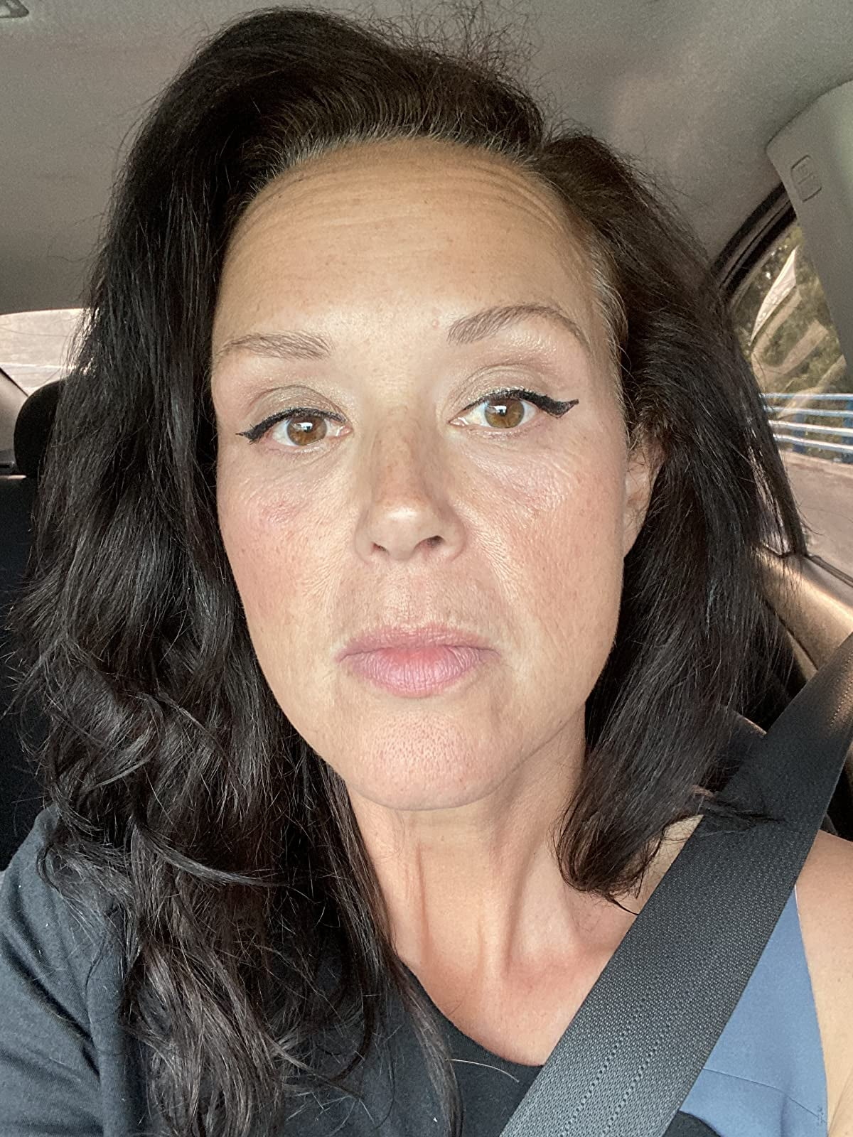 reviewer wearing a champagne color on their eyelids