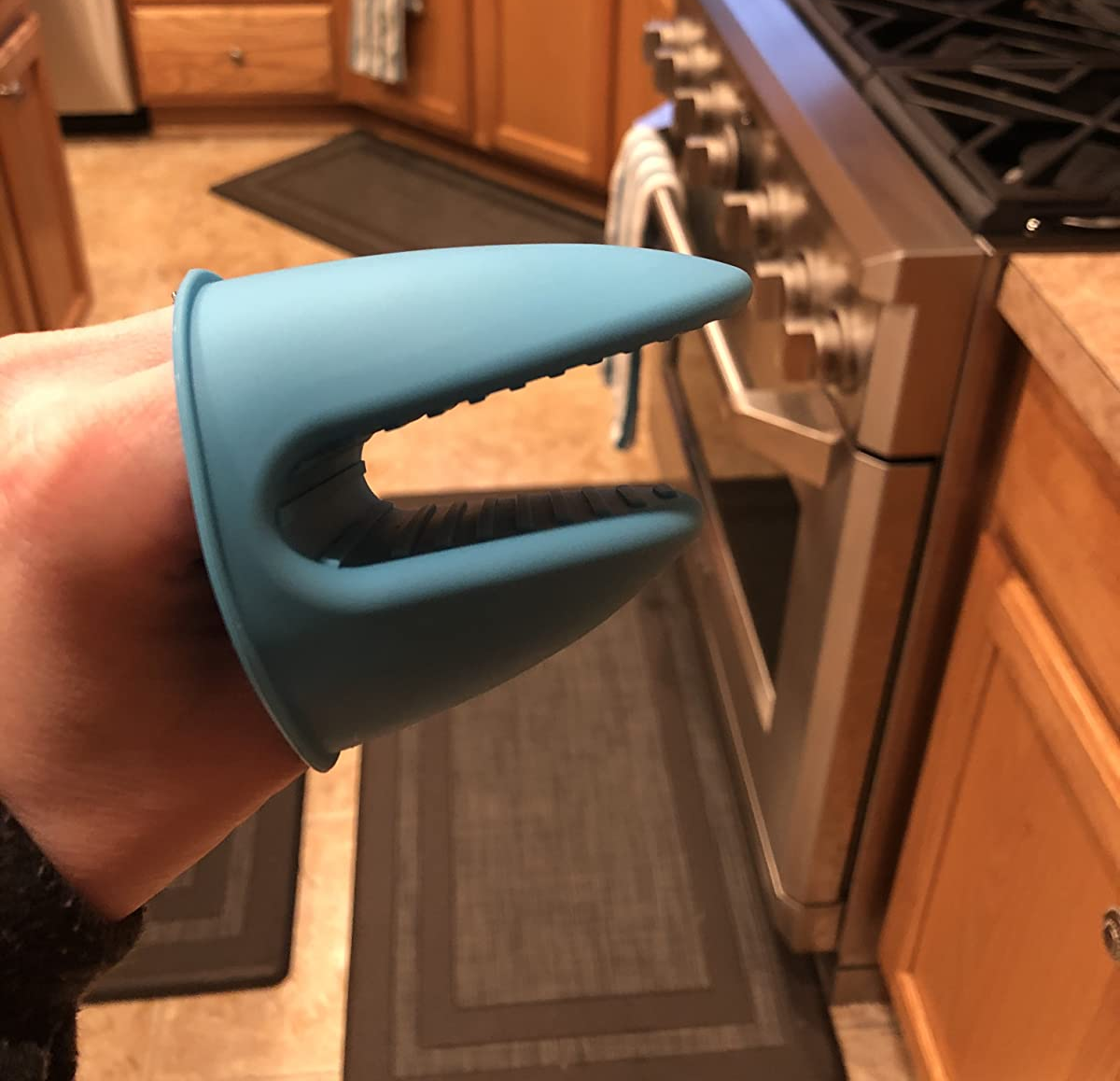 Reviewer wearing the blue mitt