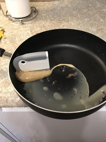 Reviewer uses the squeegee to wipe away bacon grease