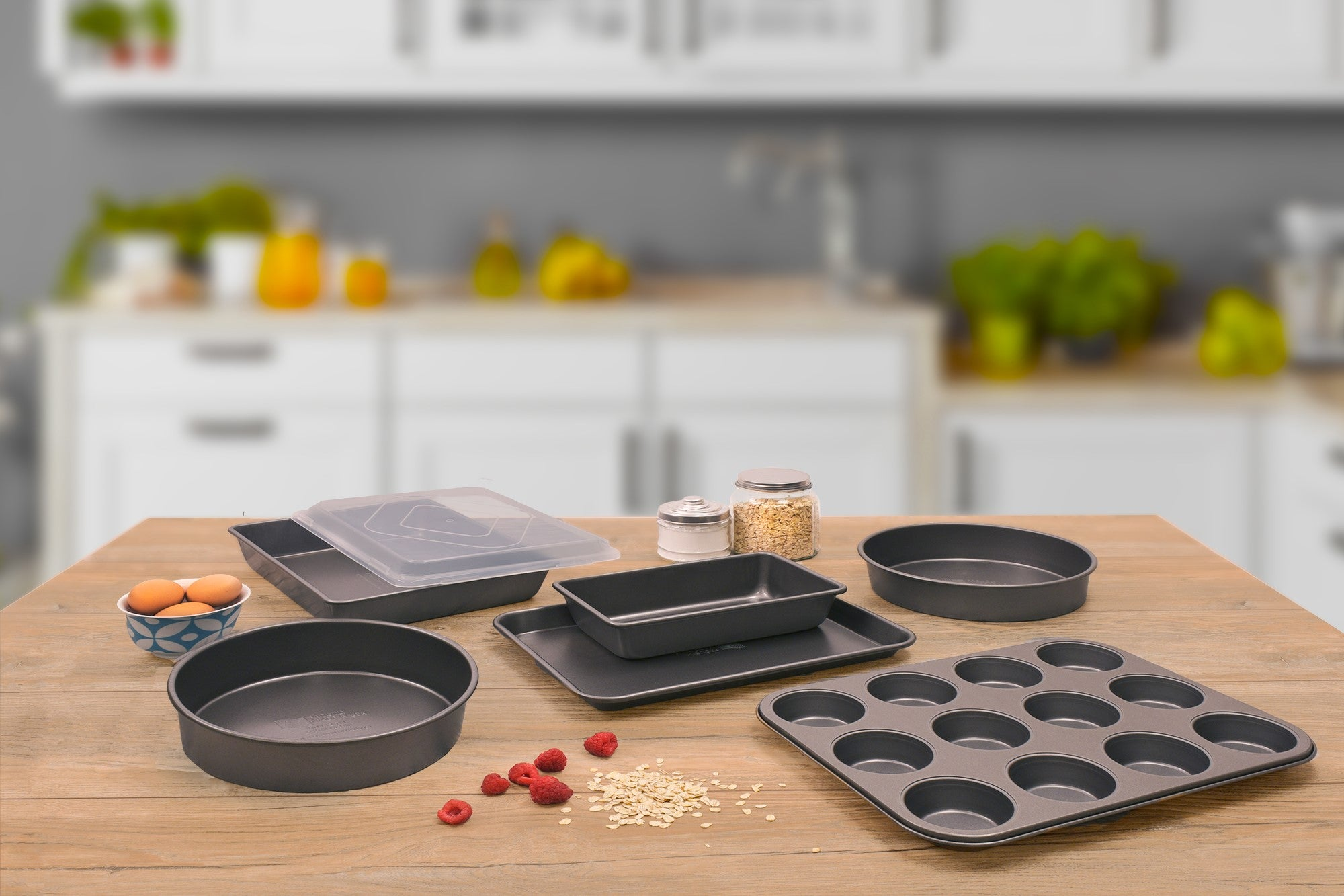 Cupcake/muffin tins, round pans for cakes, pans with lids