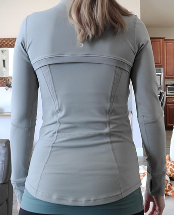 Reviewer showing back of the jacket in gray to show paneling seams