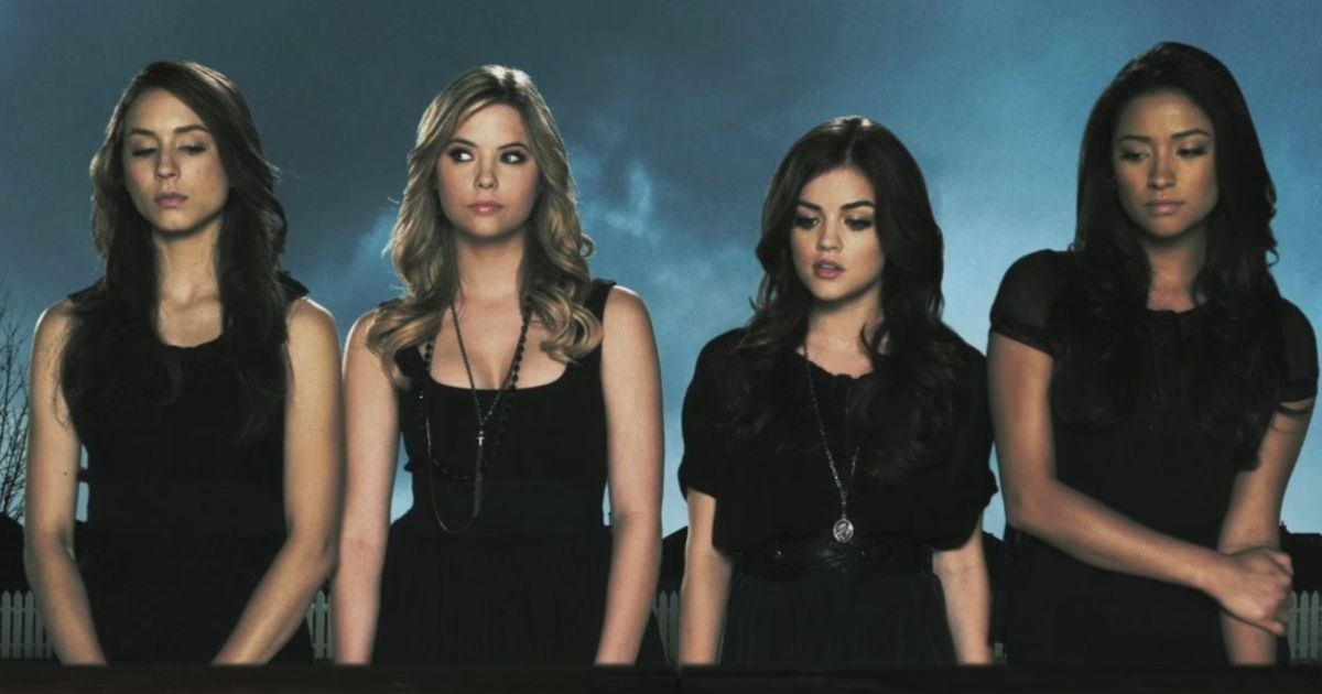 "The cast of ""Pretty Little Liars"" poses for the show's title card."