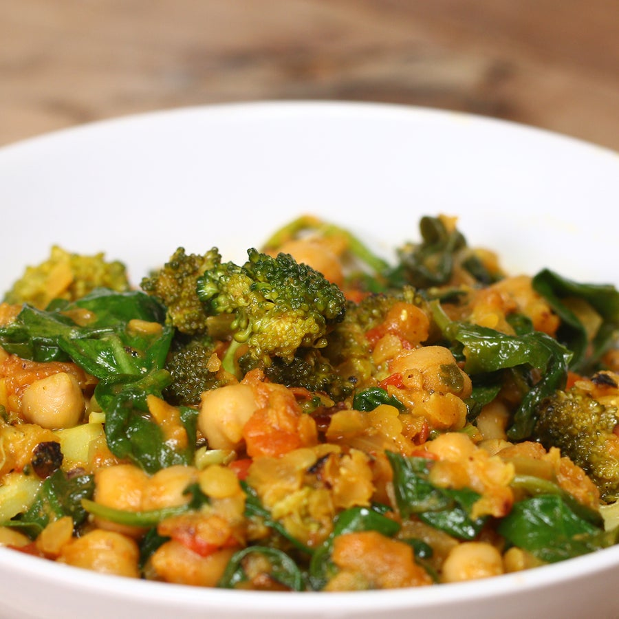 One-pot Chickpea Curry (Under 300 Calories)